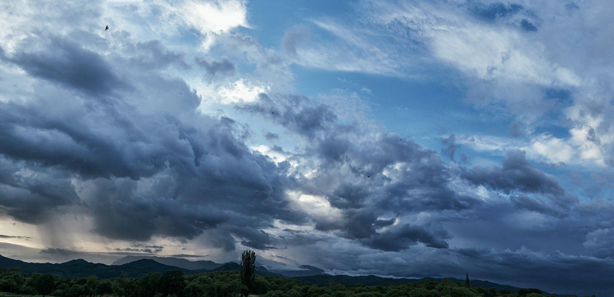 Ещё один кадр из подборки с красивыми дождевыми облаками)
