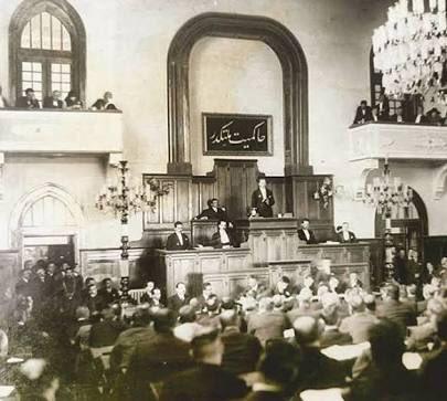 """Atatürk'ü TBMM kürsüsünde konuşma yaparken görüyorsunuz.    Arkadaki levhada bugün kıymetini çok daha iyi anladığımız o iki sihirli sözcük yazılı.  """"HAKİMİYET MİLLETİNDİR!"""""""