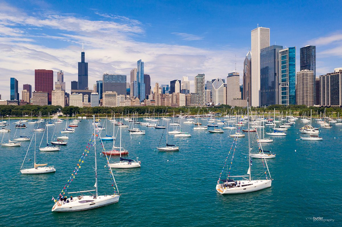 Sunday on Chicago's Lake Michigan - The Parade of Boats at the Chicago Yacht Club  #boating #sailing #chicago #news #weather<br>http://pic.twitter.com/rbjbctFcdi – à Lake Michigan