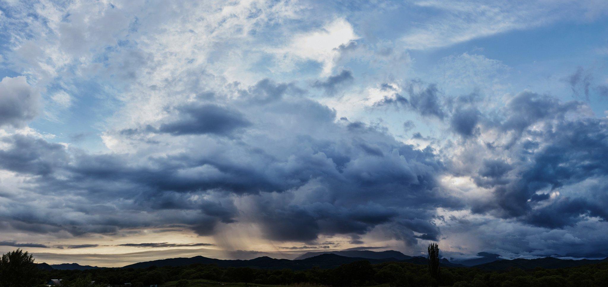 Дождь в стороне Чандолаза (красивые облака, сфотографированные с ангара в Золотой Долине)