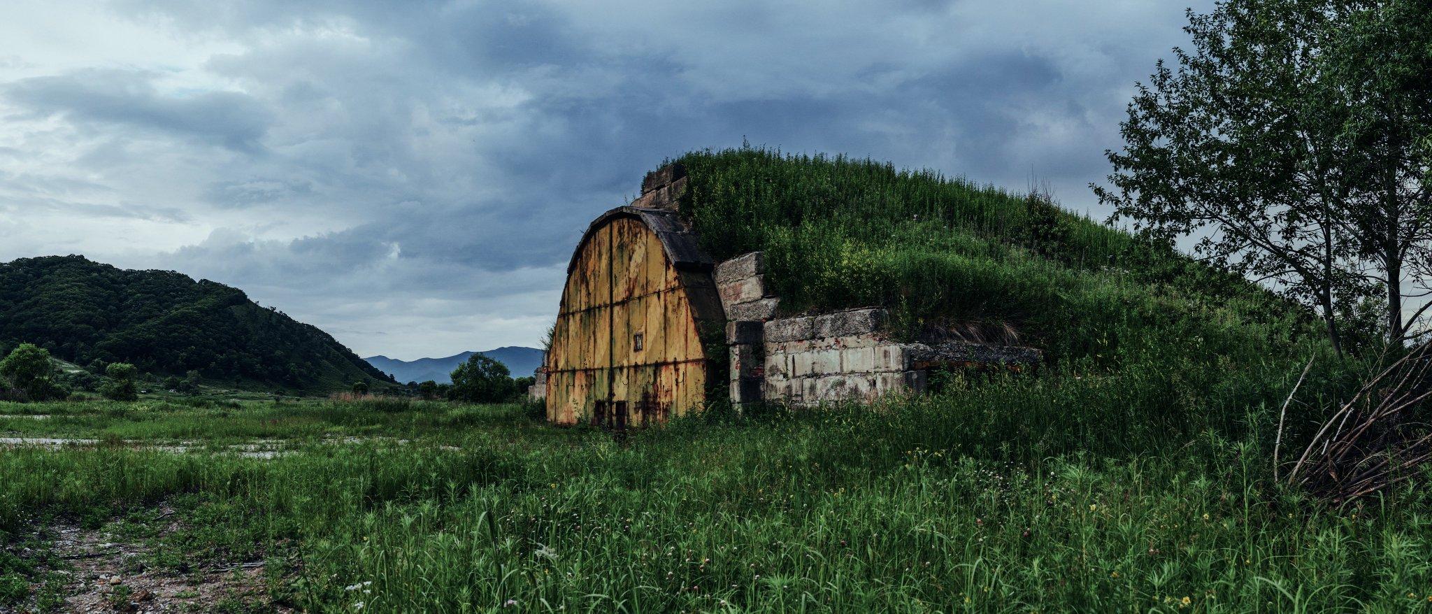 Заброшенный ангар в Золотой Долине (Приморский край). Фото - Tengyart