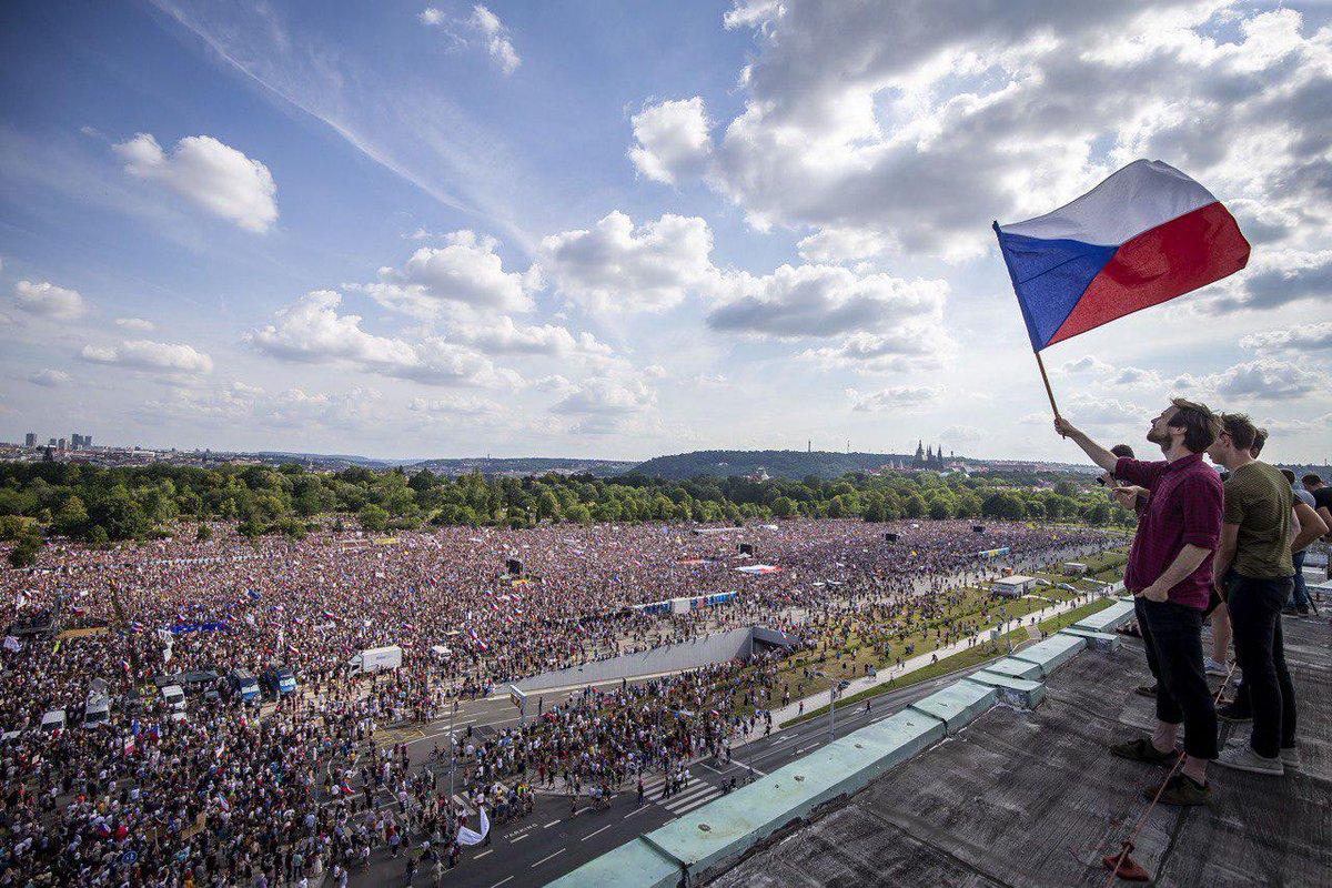 Úžasný záber demonštrácií od @gabrielkuchta pre @enkocz