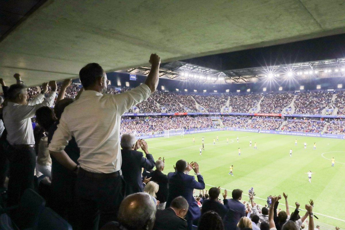 OUIIII !!! Magnifique victoire dans un stade magnifique !! Vive les Bleues ! En avant !! #FRABRE #AllezlesBleues