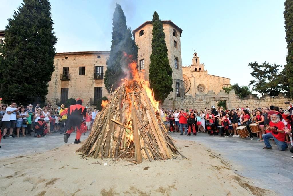 La foguera de #SantJoan ja crema a #SantCugat amb la supervisió de @policiastc @GIEADFSCV #protecciocivilStc i la brigada municipal. Bona i segura revetlla a totes i tots!!