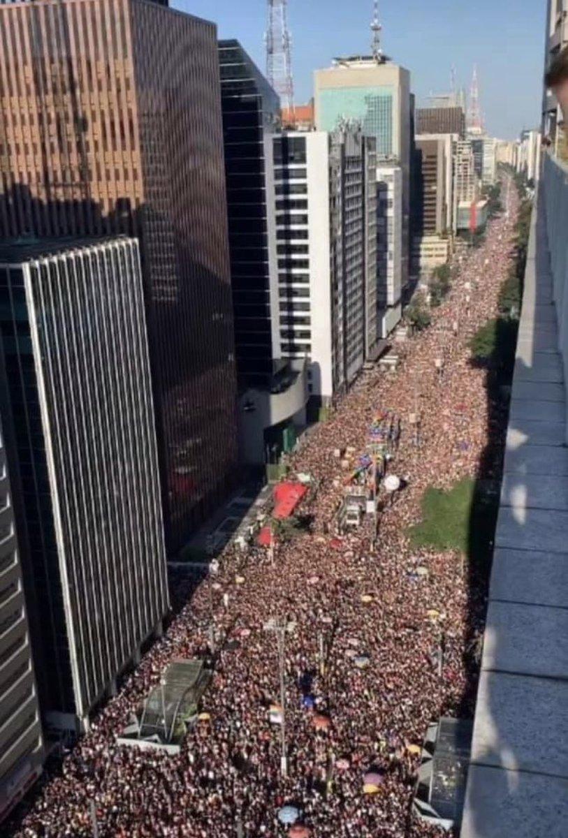 Fiquei arrepiado com essa foto da Parada LGBT de SP. Uma imensidão mostrando que toda a forma de amor vale a pena ❤️❤️❤️#lgbtpride#ParadaAoVivoNoGnt #ParadaAoVivo