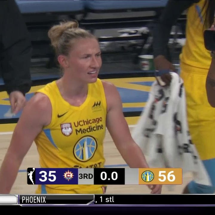 🚨 Courtney Vandersloot beats the buzzer! 🚨 Chicago is on top 56-35 at the break.