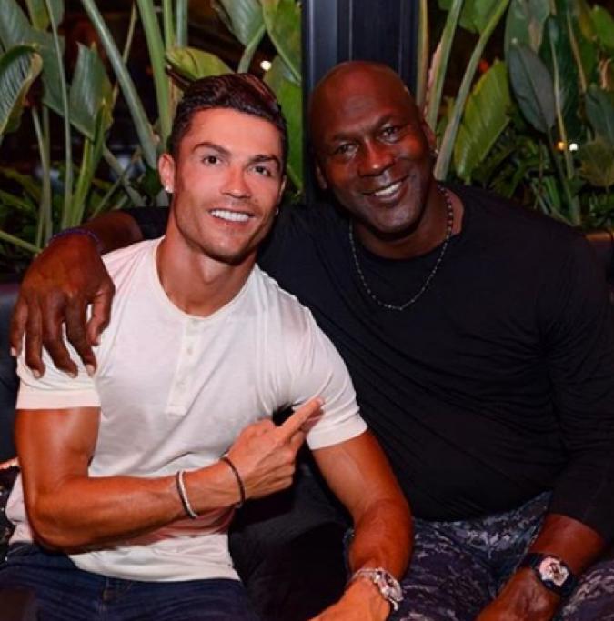 Foto llena de grandeza. 7 y 23. Cristiano Ronaldo junto a Michael Jordan. Dos inmortales del deporte. LEYENDAS. https://t.co/PerAe1DCsk