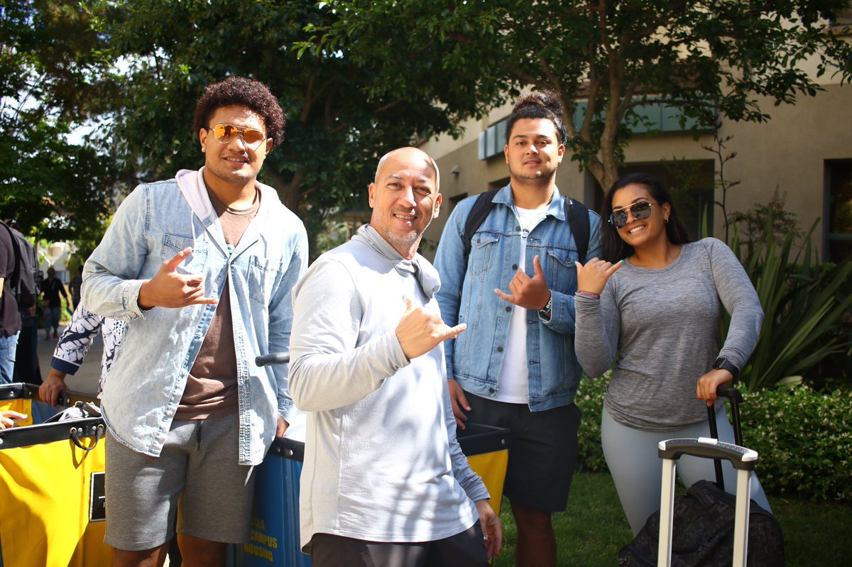 Welcome home!   Our new Bruins are moving into their dorms today!  #4sUp https://t.co/wwiscQS62o