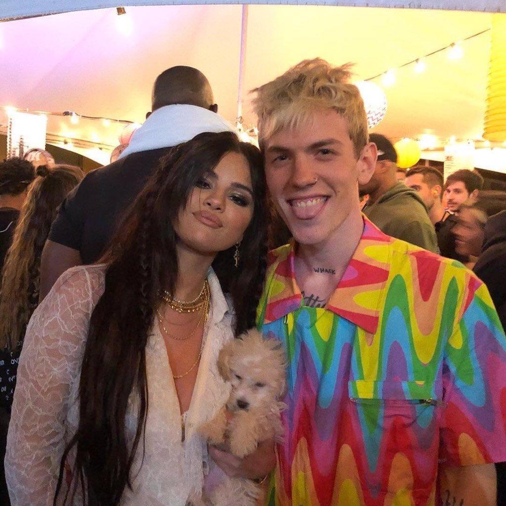"""Aparentemente, Selena Gomez tiene un nuevo perro llamado """"Winnie"""" y esta con ella desde Coachella."""