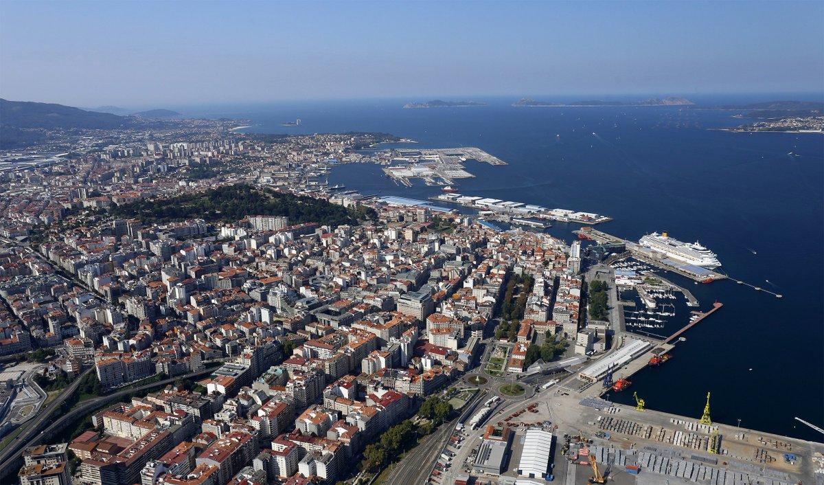 Hoy arrancamos la semana con esta impresionante panorámica de la ciudad de #Vigo, su puerto pesquero y la espectacular ría coronada por las Islas Cíes. Si tienes #HambredeExperiencias decídete a conocer la mayor urbe de Galicia.  #BuenosDías y #FelizLunes