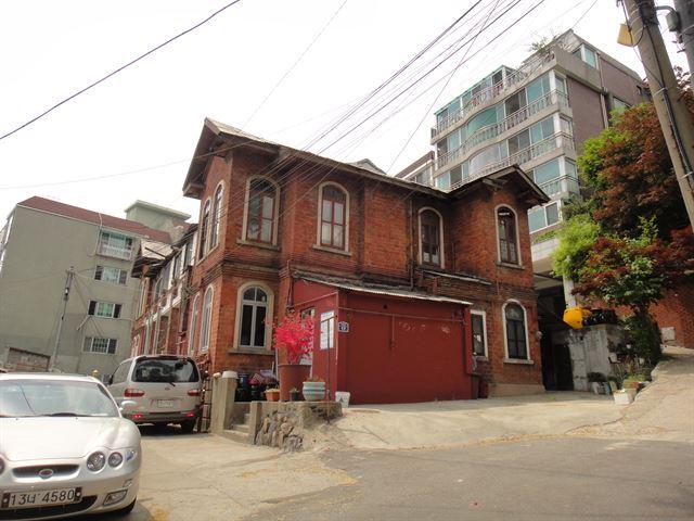행촌동 붉은벽돌집 '딜쿠샤' 문화재 된다  딜쿠샤는 3ㆍ1 운동을 전 세계에 알린 앨버트 테일러 미국 UPA통신 특파원이 한국에서 20년 간 살았던 가옥이다  https://t.co/SBUPzLkHXn