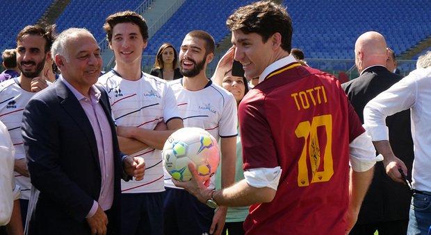 Pallotta regala una maglietta di Totti al premier canadese Trudeau https://t.co/buJ5Cv1ZsW