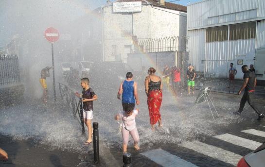 🇫🇷 #Rhône Ils ouvrent les bouches d'incendie et s'attaquent aux pompiers. https://t.co/OKBoPKKeph