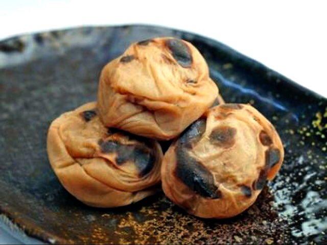 【焼き梅干し】「医者殺し」と言われる梅干しは焼く事で梅干しの力に、脂肪を燃焼させる「バニリン」の量が2割増え、血流促進、代謝アップ、インフルエンザ予防になる「ムメフラール(焼き梅干し、梅肉エキスにしかない。)」の量が作られます。フライパン、トースター、網などで焼くだけです✳︎ pic.twitter.com/dpM9WYU3Ae