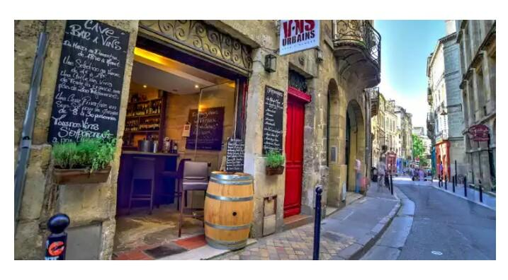 Where do those in the know go for a &quot;verre de #vin&quot; in #Bordeaux ? Best of by @guardian  https://www. theguardian.com/travel/2017/ma y/28/top-10-wine-bars-bordeaux-france-chosen-experts &nbsp; … <br>http://pic.twitter.com/M6veV9QGoh