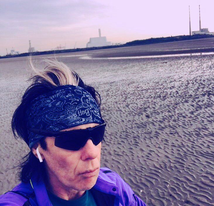 #Sandymount shortcut. Disused #poolbeg chimneys &amp; new incinerator about to kickoff. The glamour of #urban #running<br>http://pic.twitter.com/GWw7le3K42