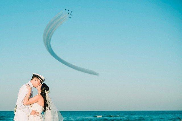 1000RT:【ステキすぎ】結婚式中にブルーエンジェルス!とっさに撮影された奇跡の1枚 https://t.co/qlfTPTbBpp  あまりの速さに撮影は間に合わず、がっかりしているとブルーエンジェルスは旋回して戻ってきたとのこと。