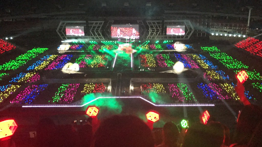 ALL HAIL EXO-L RAINBOW OCEAN!! THATS MY SIS &amp; BROS THERE! #EXOrDIUMdotinSeoul #EXOTHEKPOPEMPIRE #EXO #exol <br>http://pic.twitter.com/3YcfO338tY