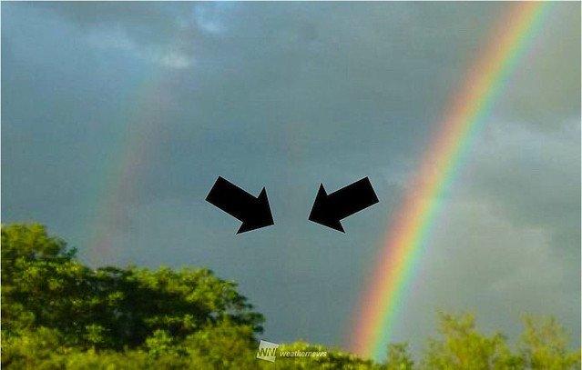 500RT:【良いことありそう】トリプルレインボー?東北の空に複数の虹! https://t.co/GWH7fhzomA  3本目の虹は、主虹の根本のあたりからやや真上に伸びて見える『反射虹』の可能性。とってもレアな虹なんだとか。