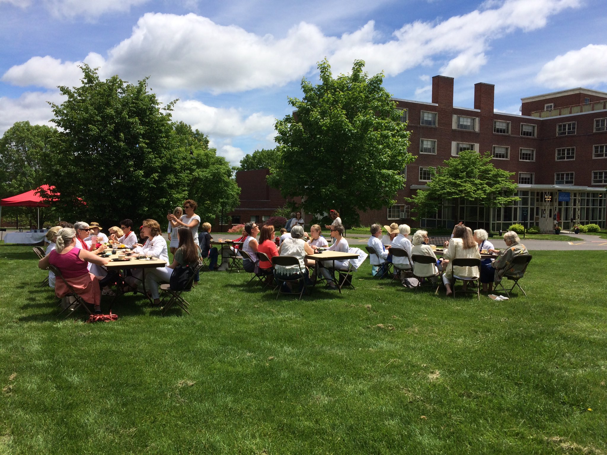Classes having lunch outside in the Mary Woolley Green at #MHCReunion https://t.co/etTtAfTzbO
