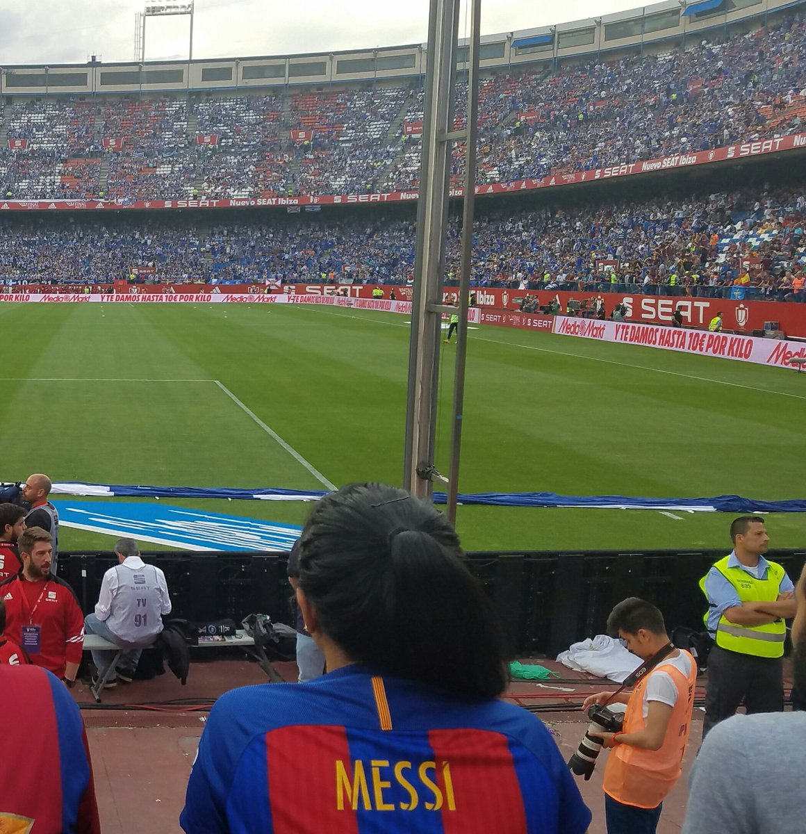 Watching #CopaDelReyFinal live at #calderon right behind the goal in row 1 is....#dreamsdocometruefast <br>http://pic.twitter.com/cBEejlx6a0