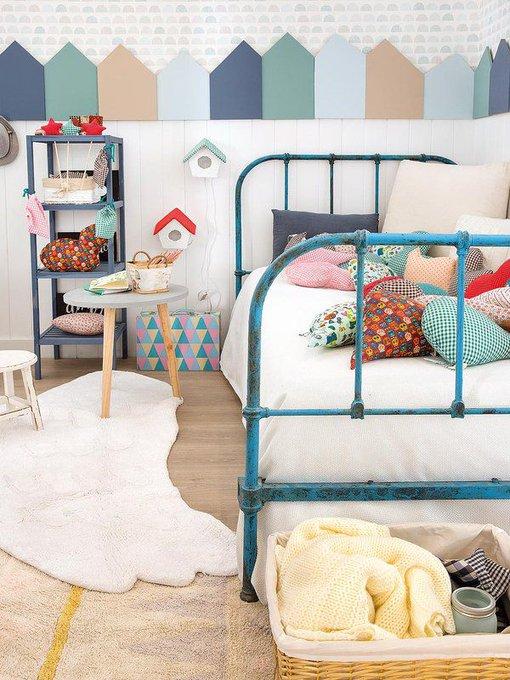 Un cuarto infantil decorado con un divertido zócalo