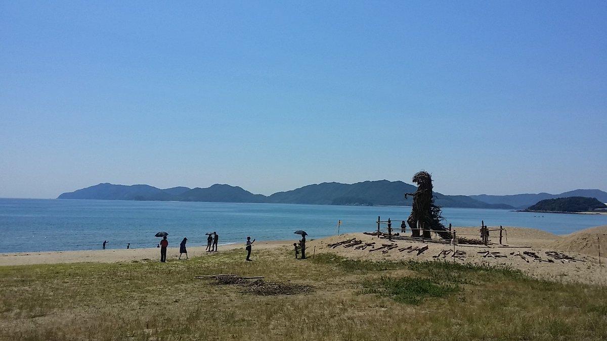 紫外線を求めて虹ヶ浜にきたら 流木アートのゴジラと遭遇!!!  光市にこんなの作る アーティストいるんだ☆✨  さてと  ニベアも買ったし 身体じゅうに塗って焼こ~っと♪ https://t.co/g8zjv2UY6Z