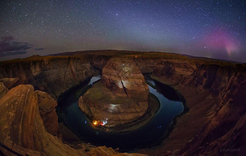 今夜起きている磁気嵐で、なんとアメリカのアリゾナ州でオーロラが見られました(極めて稀です)。たまたま撮影に来ていたので撮れました。写真右端の赤っぽい光がオーロラです。谷底の灯りはキャンプか何かで人がいたようでした。狙っていた構図に偶然オーロラが写り込んで感激です。 pic.twitter.com/WunF3KrD1n