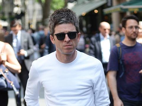 Le chanteur Noel Gallagher critiqué pour son absence de réaction après...