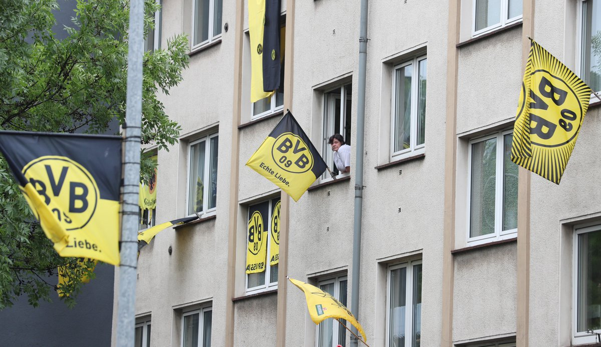 The plane carrying the victorious @BVB players has landed back in #Dortmund and the #Borsigplatz is ready for a party ... #dfbpokal #BVB<br>http://pic.twitter.com/gB2CpOjvDv