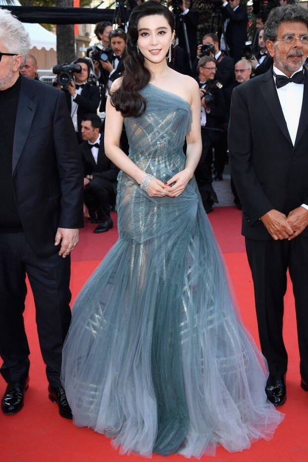 3f393ac034b  FanBingbing wearing an  AtelierVersace evening dress made in silk chiffon  at the closing ceremony of the 70th  CannesFilmFestival  Cannes70pic.twitter.com   ...