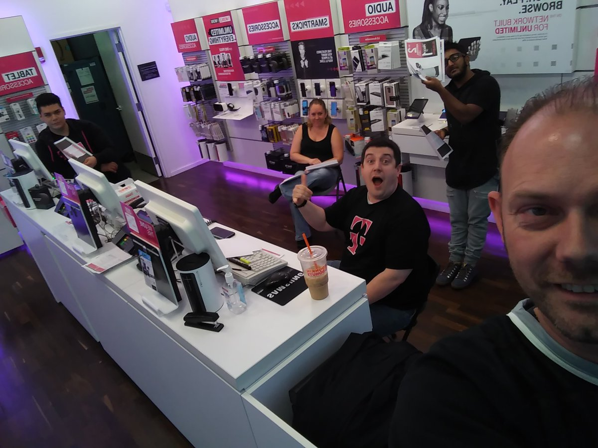 Rosemont team ready to help customers #GetOutoftheRed with #digits @Kenyadunn12 @willingofficial @CP_Polizzi #NCredible @WirelessVision<br>http://pic.twitter.com/0sOfgqTbSA