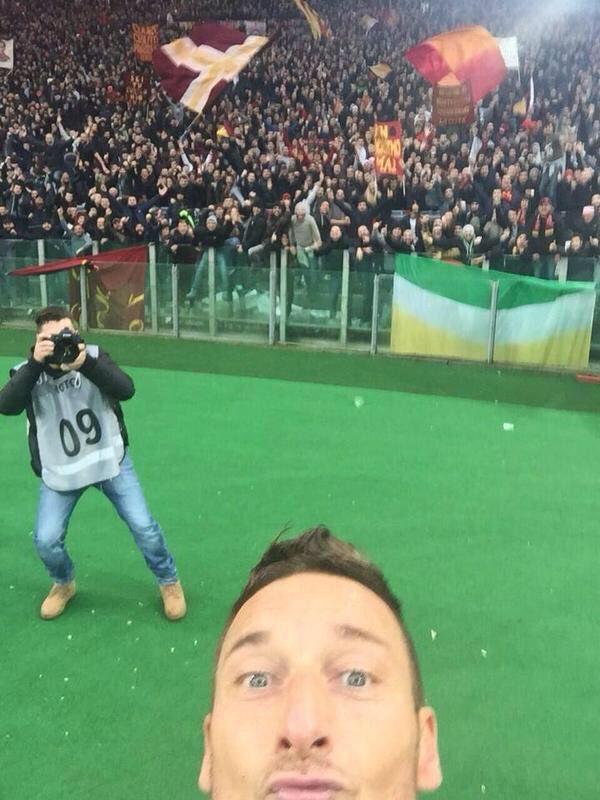 Além do grande futebol, Totti deixa como legado uma das comemorações mais fodas da história!