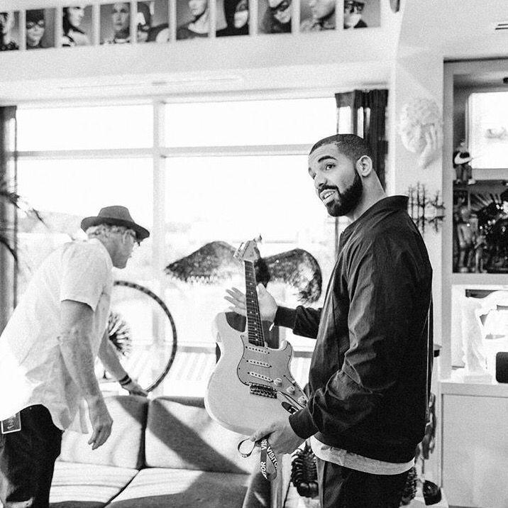 🎙 @Drake avec une des guitares de Jimi Hendrix 🎙  #MoreLife ➡️ https:/...