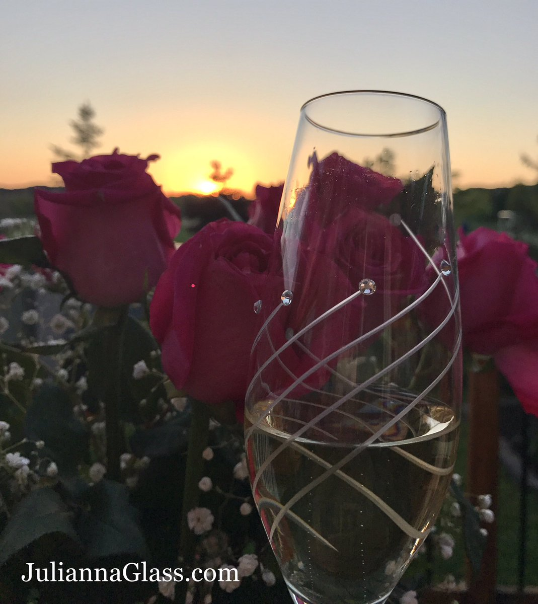 The most wonderful #SundaySunsets are happening with a glass of #champagne  over a bouquet of #pink roses  #PinkSociety #PrettyInPink<br>http://pic.twitter.com/G7DnuDK8H8