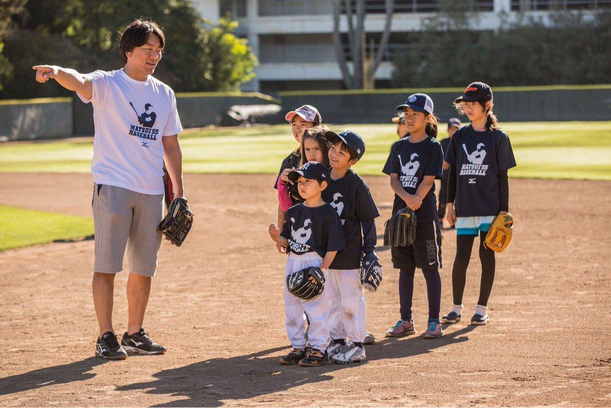 野球教室でちびっ子に教える微笑ましいきれいな画像