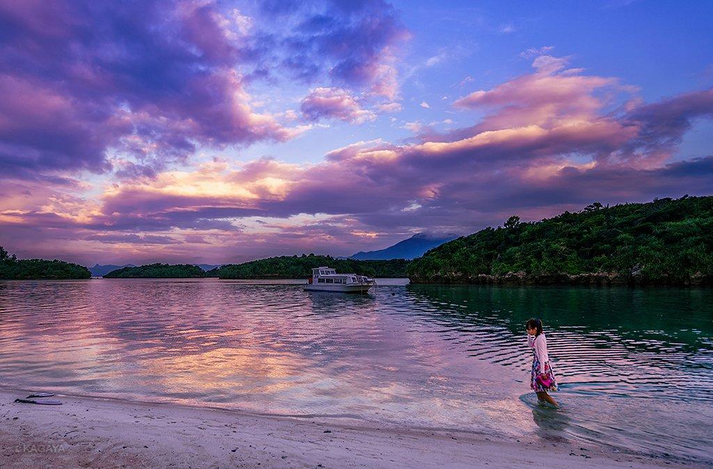 夕暮れ。素足で歩く浜辺。月の出。急角度で昇るオリオンと冬の大三角。(昨年10月石垣島川平湾にて撮影)今日もお疲れさまでした。明日も素敵な1日になりますように。 pic.twitter.com/zonE1DZZ6u