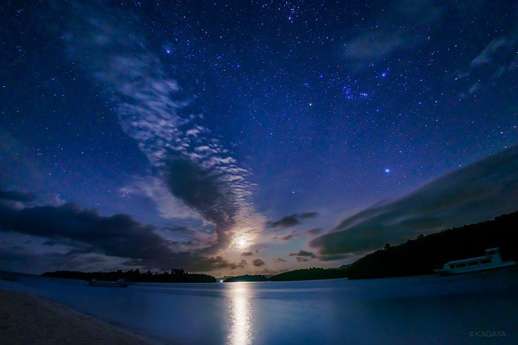 夕暮れ。素足で歩く浜辺。 月の出。急角度で昇るオリオンと冬の大三角。 (昨年10月石垣島川平湾にて撮…