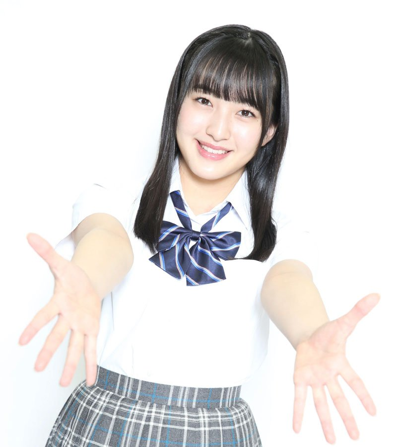 制服姿で両手を前に差し出すHKT48の田島芽瑠