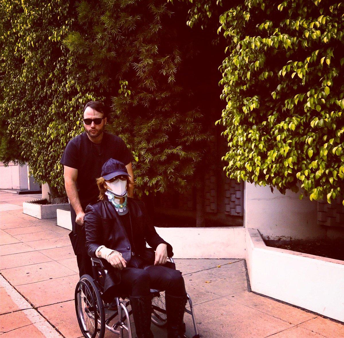 その2.. ただ自分の受けた首の手術は術後なるべく早いタイミングで制限付きではあるが体を動かすようにすすめられています。今日もリハビリ、今日も歩く練習開始!!  instagram.com/p/BUNYrYZA4N1/…