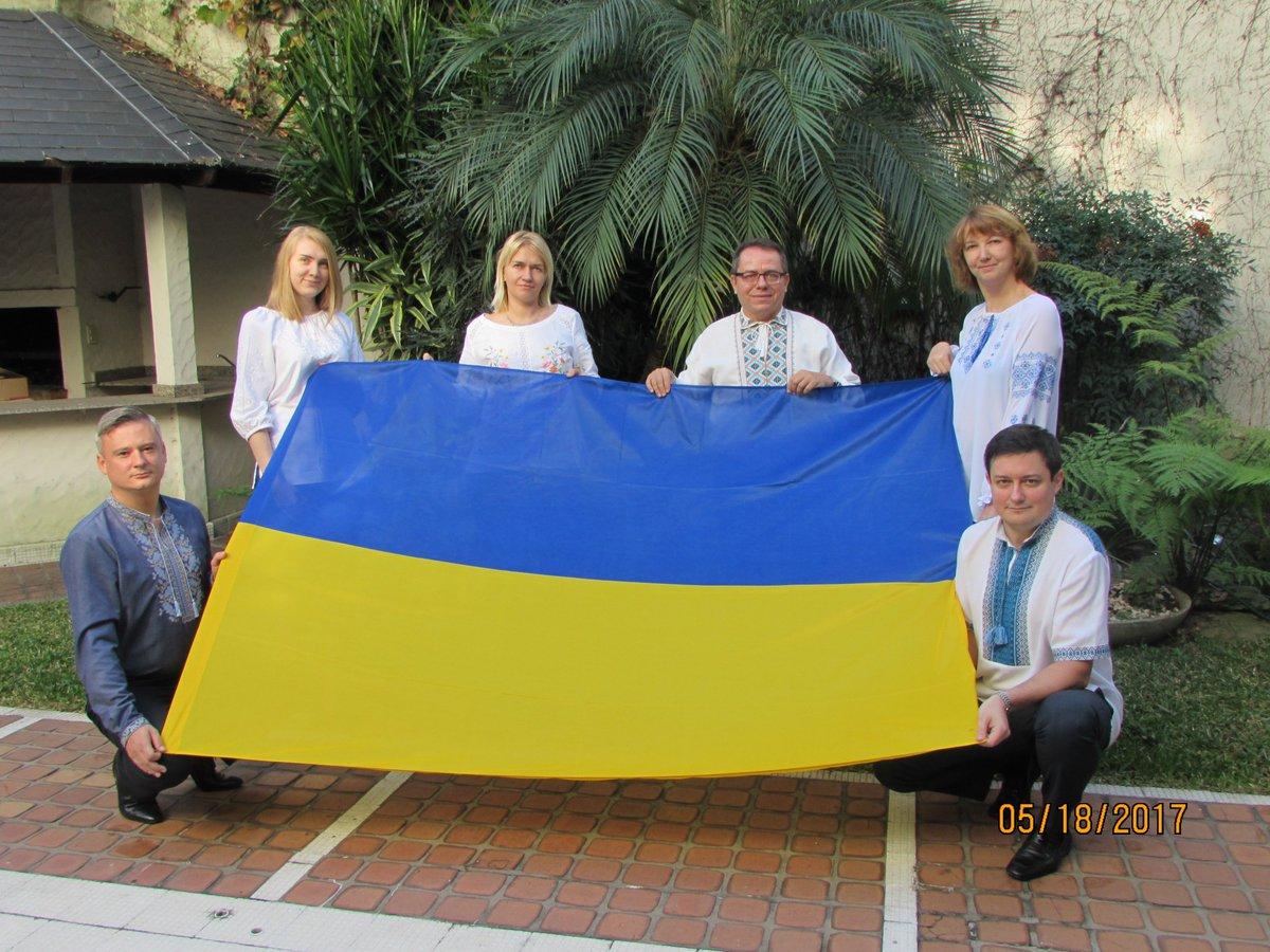 Посольство України в Аргентині розпочало робочий день зі святкового фото. aa614bb8bfca9