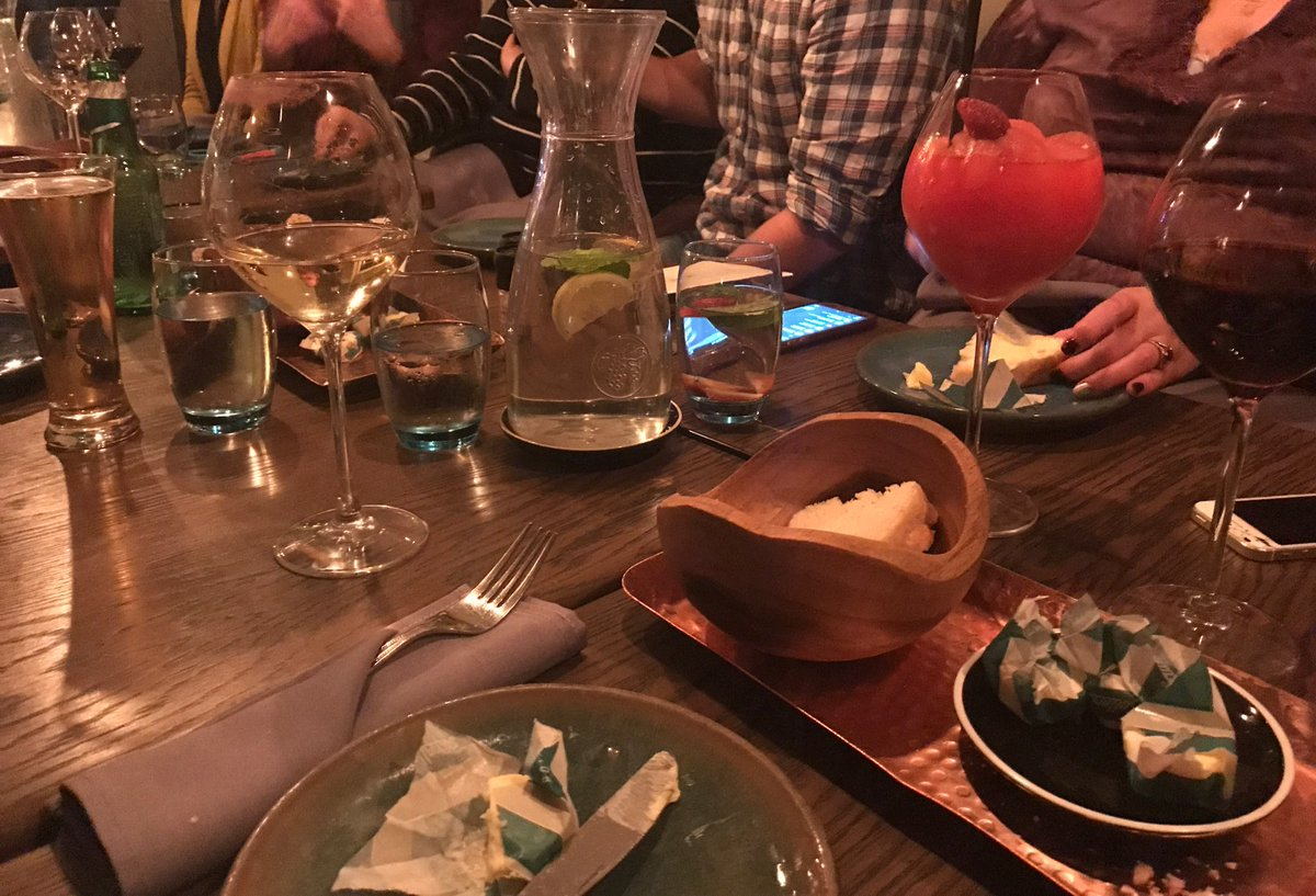 Drinks 🍹🍷🥂 Starters:  Prawn tempura 🍤 Jasmine smoked sticky beef shortrib 🍢 Braised beef cheek doughnut 🍩   #LaurasWorldXBRC https://t.co/hFixgH1HQ0