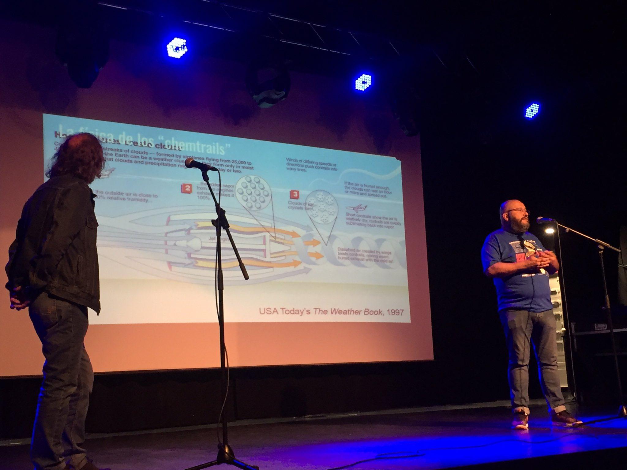Es turno de @javierarmentia que nos habla de los #Chemtrails #PintofScience2017 #Pint17PNA https://t.co/BBDx8o6n3q