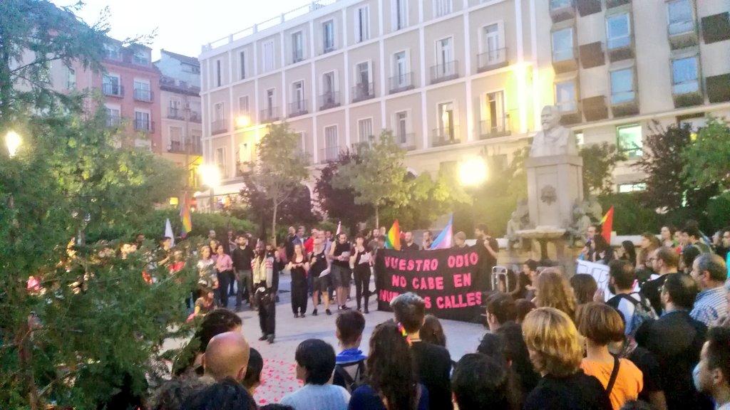 Una marea negra se moviliza en la Plaza de Pedro Zerolo contra la LGTBfobia