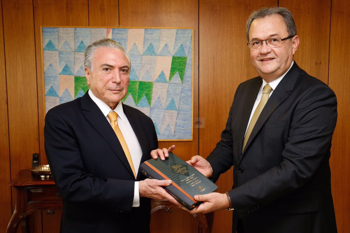 Recebi, hoje, mais um exemplar da Bíblia das mãos do pastor Samuel Câmara. Um livro sagrado que guia a minha vida e de milhões brasileiros.