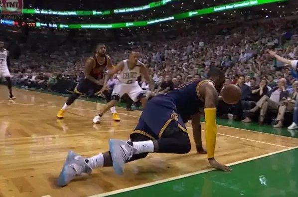 【影片】對勝利的渴望!詹皇為救球不惜雙膝跪地爬行