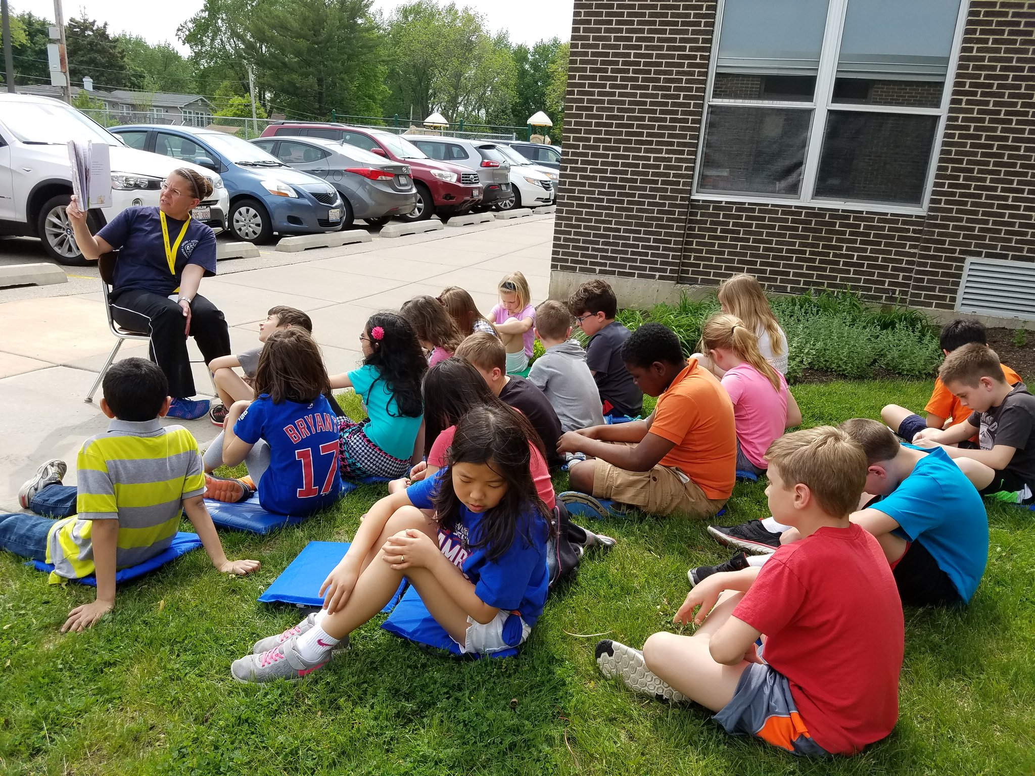 Story person came to read to us and we did so outside!  #iginspires #rtsd26learns https://t.co/bWlgKcRoWt