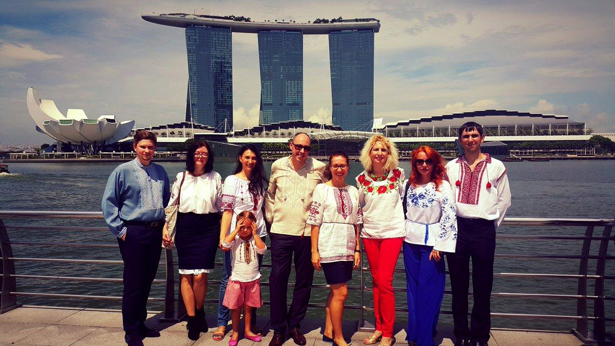 Посол України в Сінгапурі Дмитро Сенік поділився своїми фотографіями до Дня  вишиванки  9c708de1ad8e3