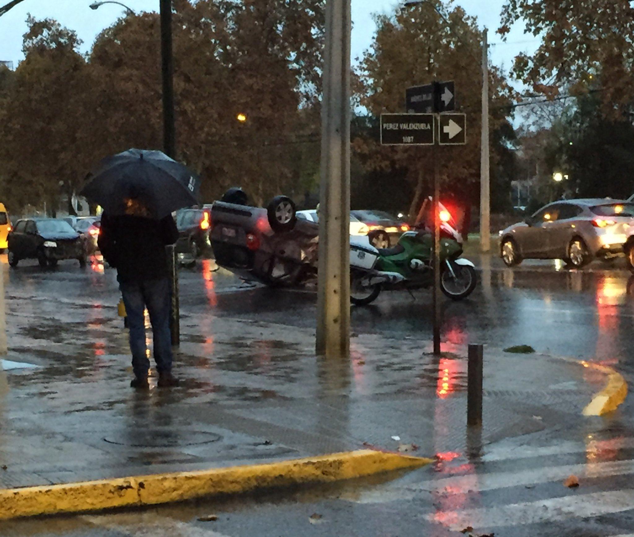 Thumbnail for Lluvias causan cortes de semáforos y congestión en Santiago