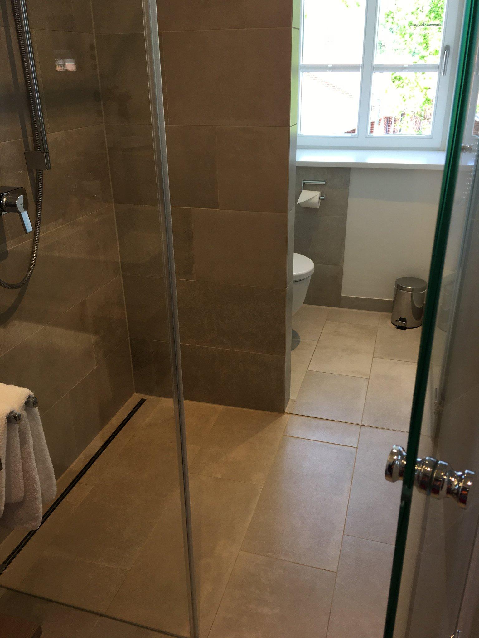 Aber das Bad wird dann eine Herausforderung. Zum WC geht's nur durch die Dusche 🤔 #meurers #bispingen #heidebloggerevent https://t.co/0DyR3714CZ